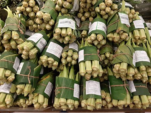 Dùng lá chuối để gói thay vì túi nilon – giải pháp vì môi trường