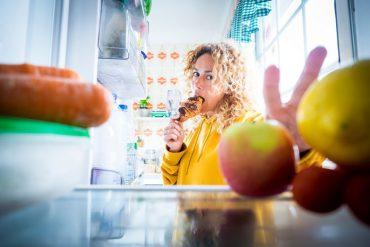 Tại sao ở nhà trong thời gian giãn cách xã hội bạn lại ăn nhiều hơn?
